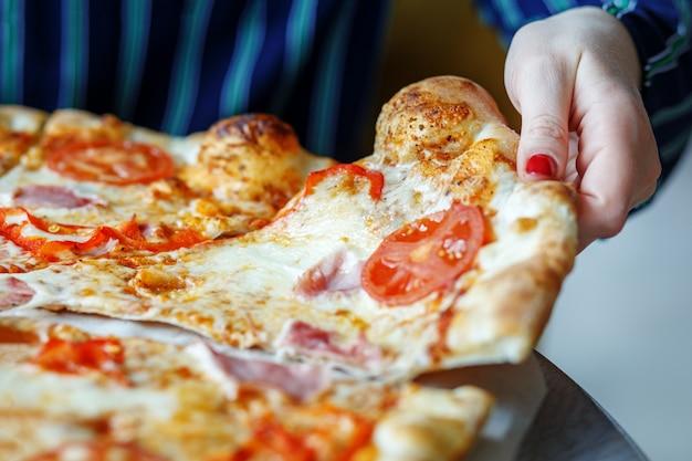 Un pezzo di deliziosa pizza sul tavolo.