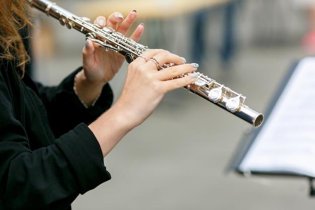 Un piano del primo piano del suonatore di flauto dell'orchestra di strada