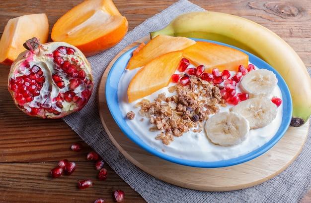 Un piatto blu con granola greco yogurt