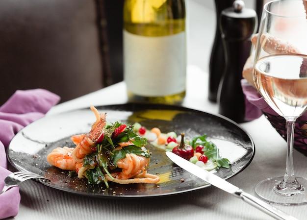 Un piatto con pesce ed erbe