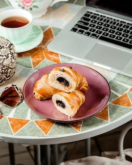 Un piatto di cornetti al cioccolato servito con tè nero