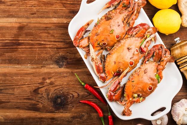 Un piatto di granchio fresco di nuoto redspot