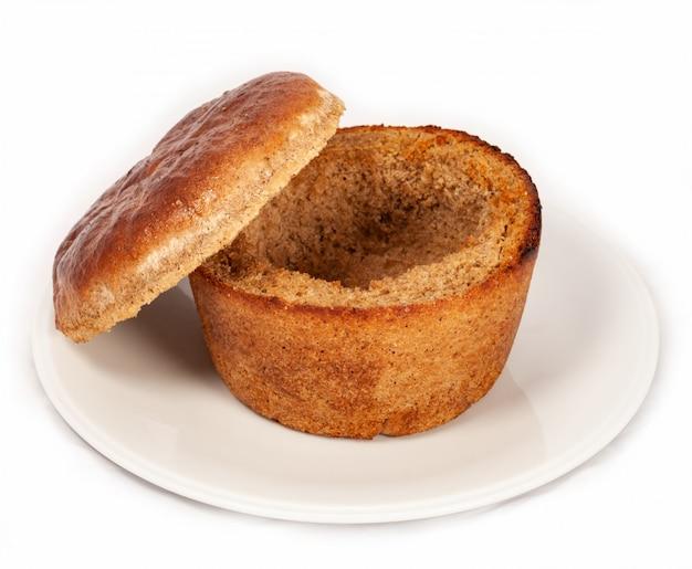 Un piatto di pane per la zuppa su uno sfondo bianco