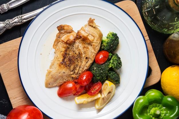 Un piatto di petto di pollo