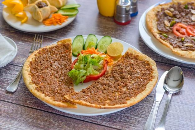 Un piatto di siriano manakish