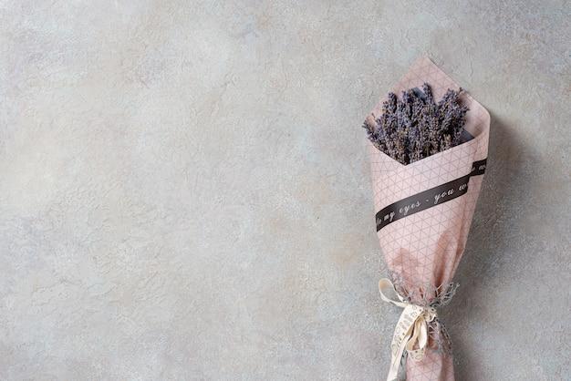 Un piccolo bouquet di lavanda con copyspace.