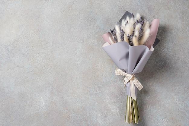Un piccolo bouquet di lavanda con lagurus con spazio di copia.