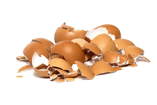 Un piccolo mucchio di gusci d'uovo isolato su bianco