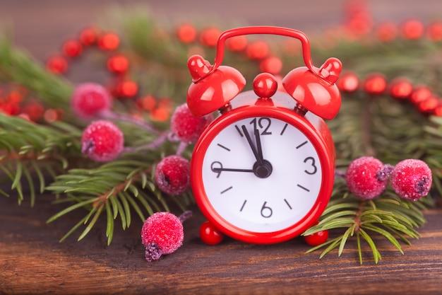 Un piccolo orologio, regalo di capodanno. decorazioni natalizie.