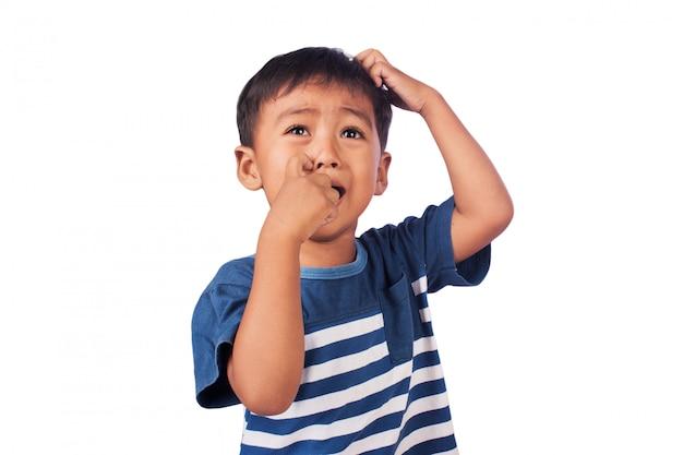 Un piccolo ragazzo asiatico triste