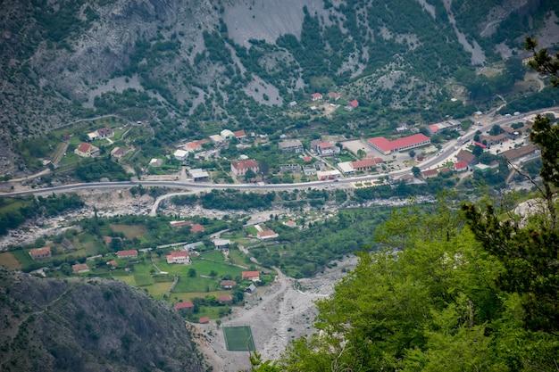 Un piccolo villaggio si trova sul fondo di un profondo canyon