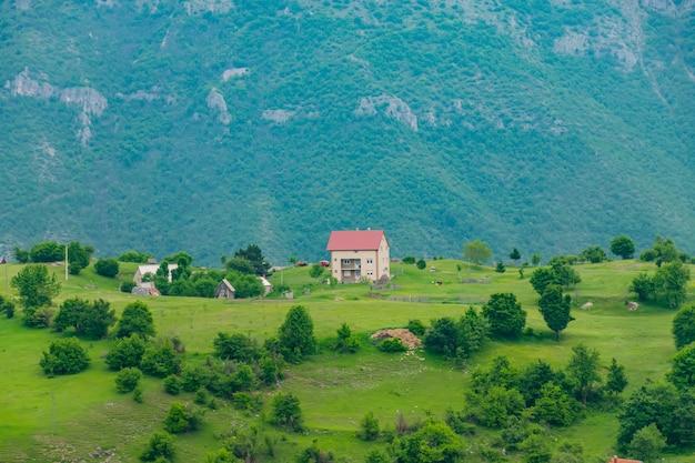 Un piccolo villaggio si trova tra le colline