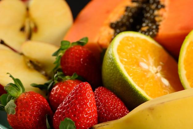 Un po 'di frutta sul piatto con il nero