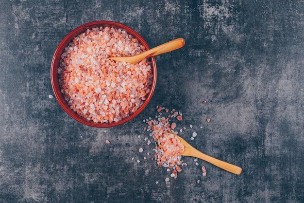 Un po 'di sale himalayano con cucchiai in una ciotola