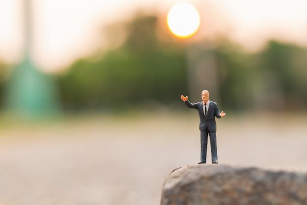 Un politico che parla su the rock cliff e copia lo spazio per il testo