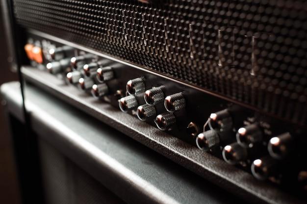 Un primo piano combinato dell'amplificatore o dell'altoparlante della chitarra su fondo nero
