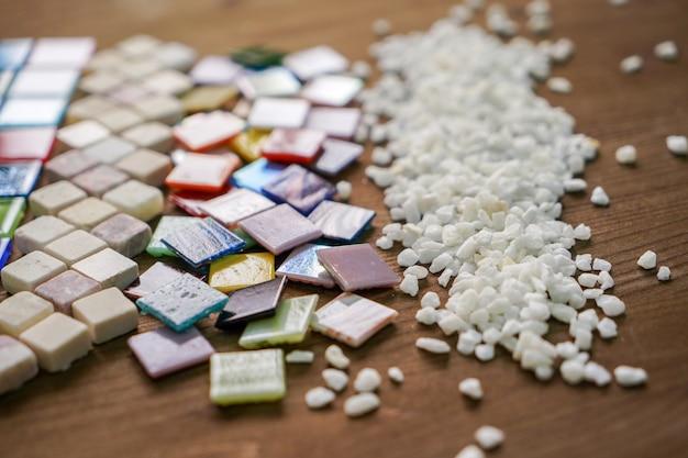 Un primo piano delle tessere di mosaico colorate