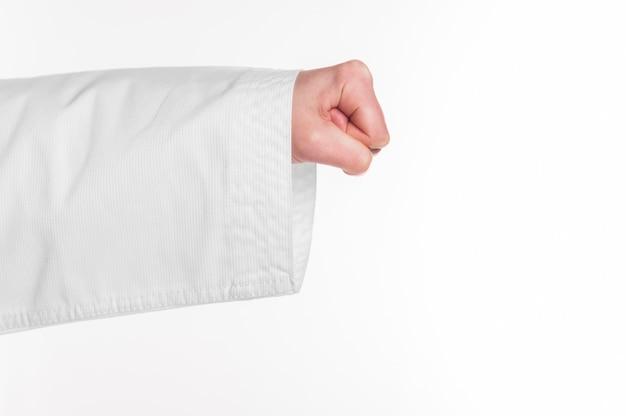 Un pugno di karate su sfondo bianco