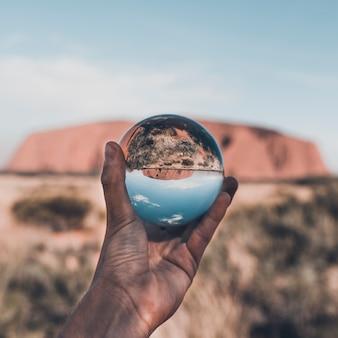 Un punto di vista unico su uluru attraverso la sfera di cristallo. precedentemente noto come ayer's rock