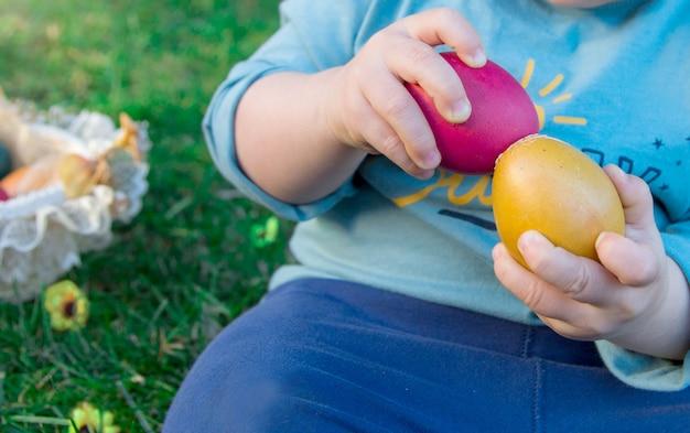 Un ragazzo che schianta le uova di pasqua ha trovato i dettagli