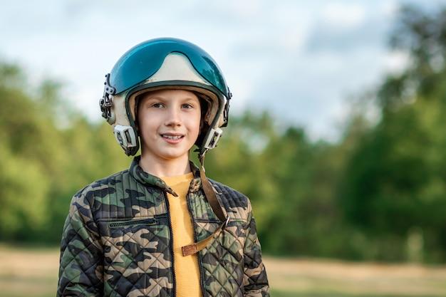 Un ragazzo con un casco da pilota
