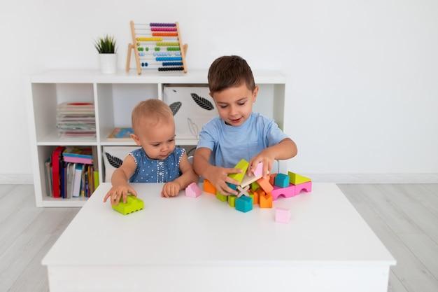 Un ragazzo e una ragazza giocano con un colorato costruttore