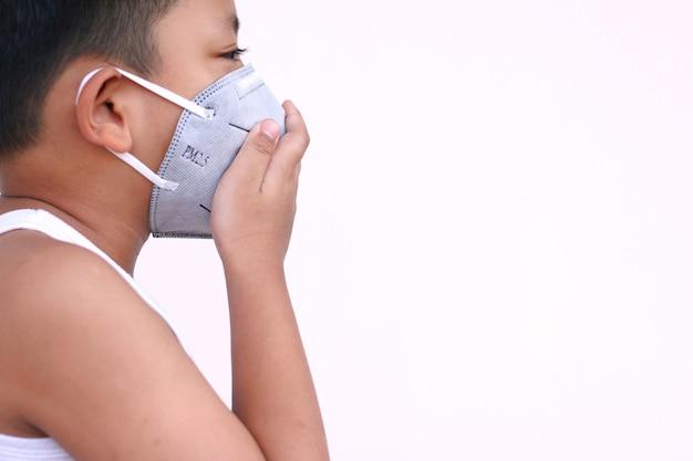 Un ragazzo indossa una maschera protettiva