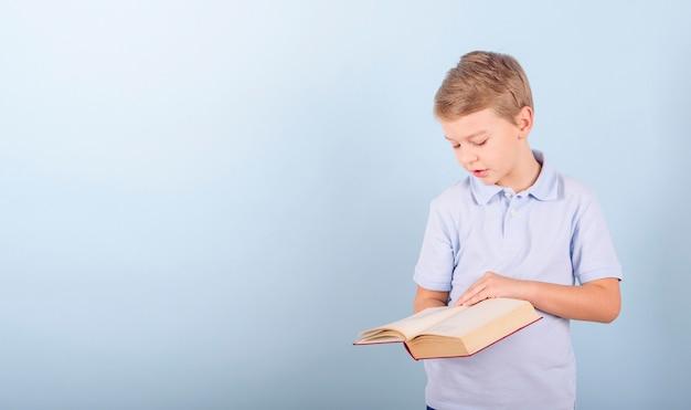 Un ragazzo legge un libro, un concetto di educazione e amore per la lettura