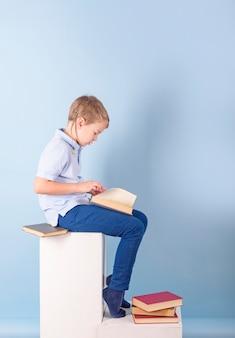 Un ragazzo legge un libro, un concetto di educazione, scuola e lettura dell'amore