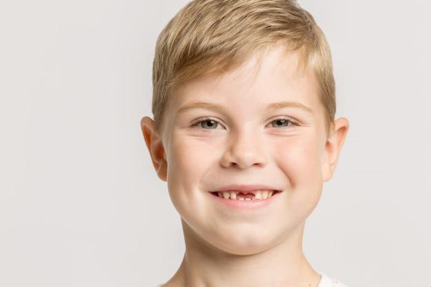 Un ragazzo senza denti anteriori sorridente