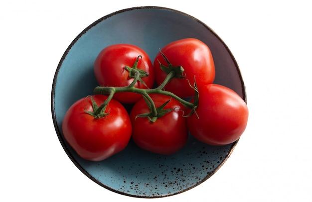 Un ramo di pomodoro su un piatto verde mare, un piatto turchese. oggetto isolato