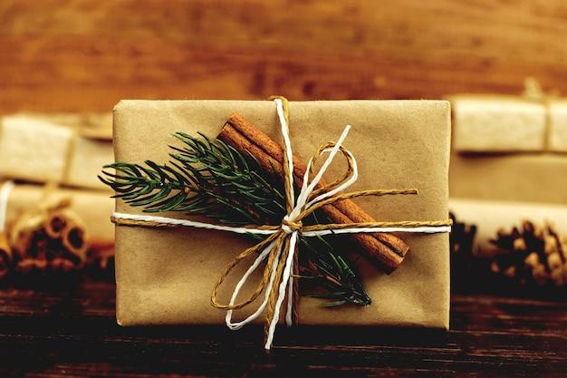 Un regalo di carta artigianale splendidamente decorato per natale.