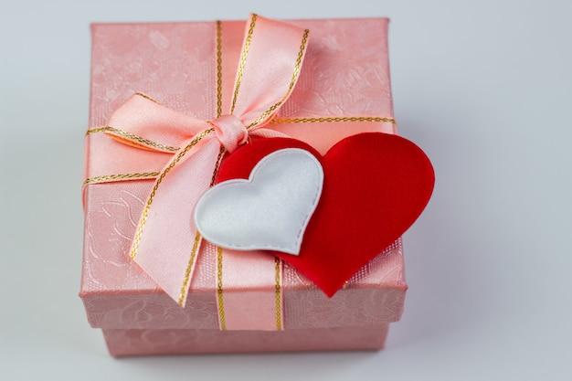 Un regalo in una bella scatola e cuori