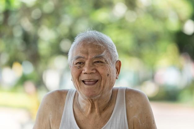 Un ritratto del ritiro asiatico che ha la malattia di alzheimer