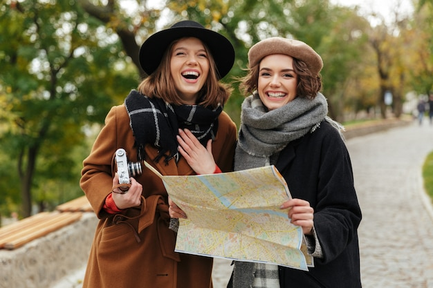 Un ritratto di due ragazze felici vestite in abiti autunnali