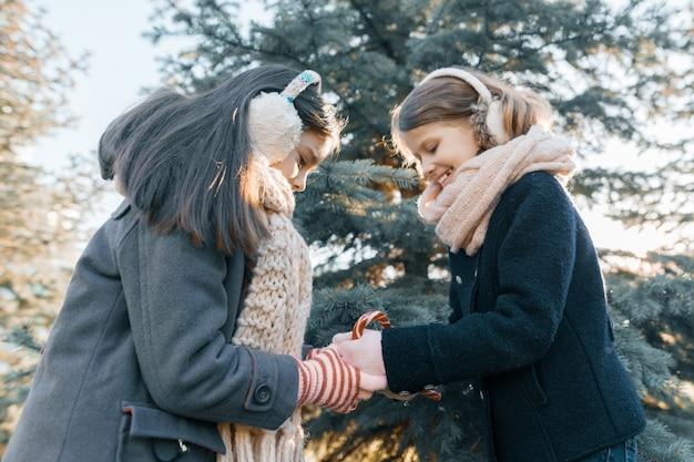 Un ritratto di inverno di due bambine sorridenti