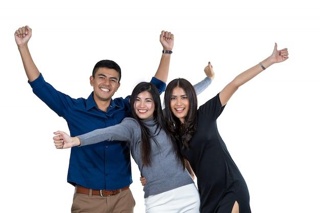 Un ritratto di un modello di tre asiatici con il vestito casuale nell'azione di felicità su fondo bianco