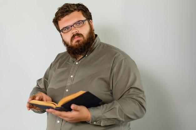 Un ritratto di un uomo in preghiera isolato su grigio