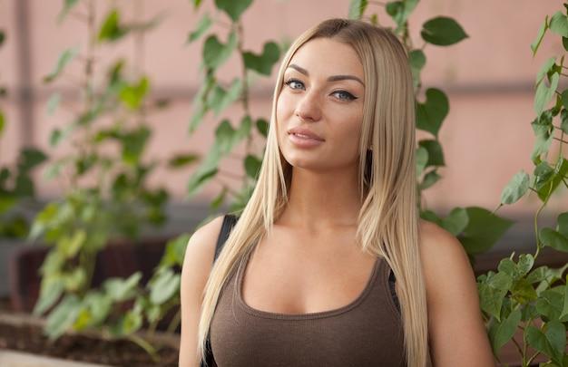 Un ritratto di una bella giovane donna caucasica bionda all'aperto.