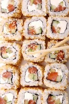 Un rotolo di sushi fresco e gustoso