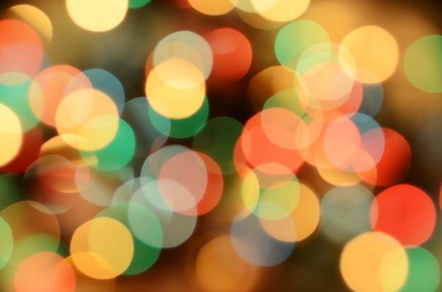 Un sacco di bokeh scintillante dorato da luci sfocati di ghirlanda.