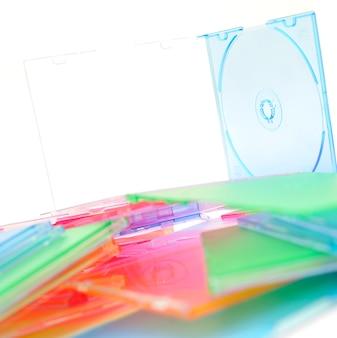 Un sacco di dischi isolati su sfondo bianco