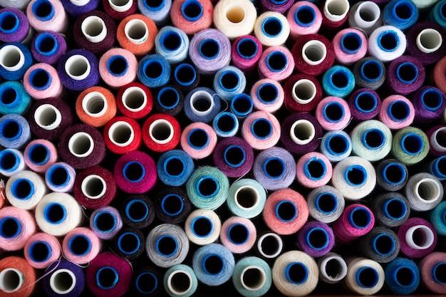 Un sacco di filo colorato per cucire. bobine di filo. fili colorati nella scatola. texture di accessori per cucire