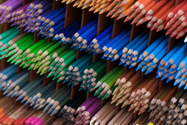 Un sacco di matite colorate in vetrina