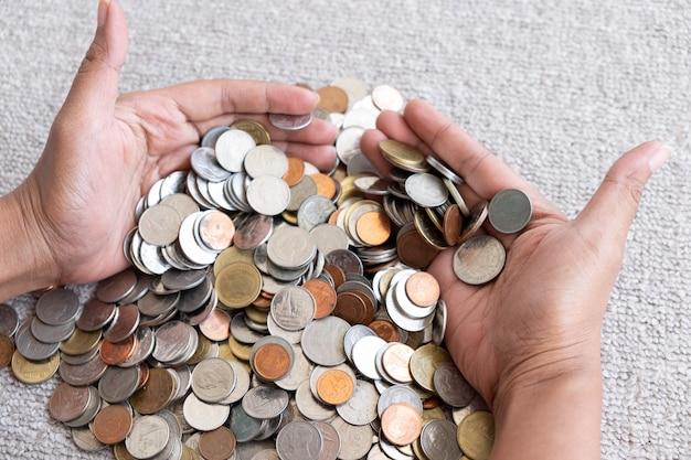 Un sacco di monete nelle mani. risparmiare denaro con moneta di pila