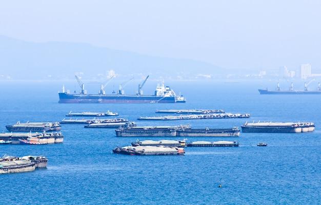 Un sacco di navi e barche a sichang island