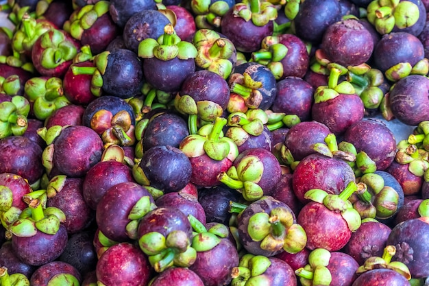 Un sacco di regina di frutta, mangoteen al mercato della frutta
