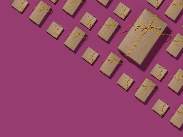 Un sacco di scatole regalo in carta artigianale