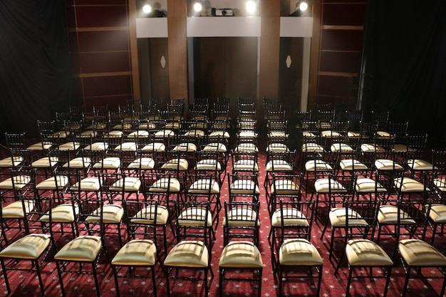 Un sacco di sedie messe in fila nell'auditorium