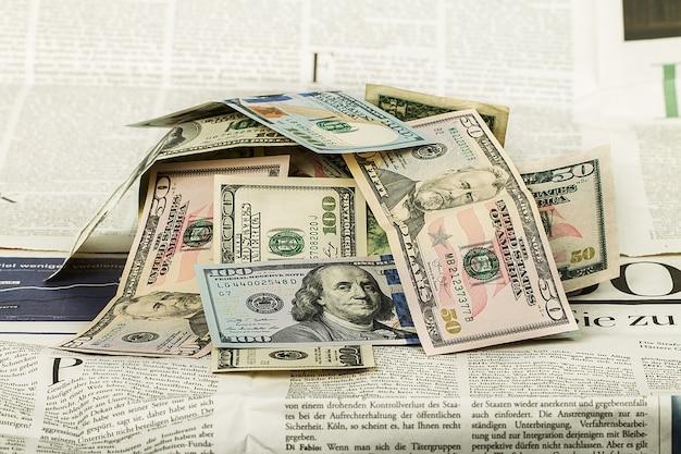 Un sacco di soldi sul tavolo